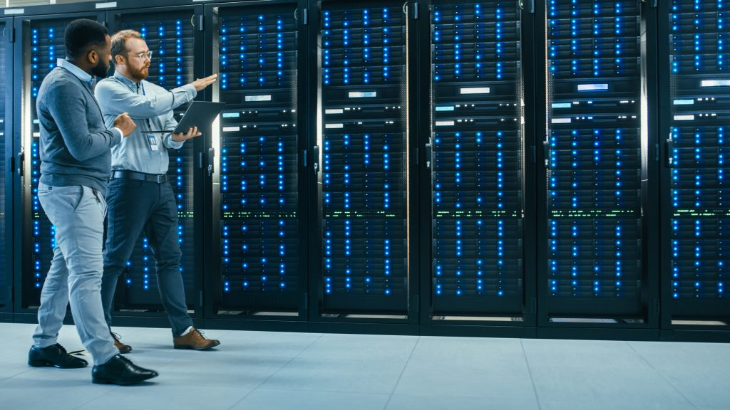 Techniciens dans un datacenter